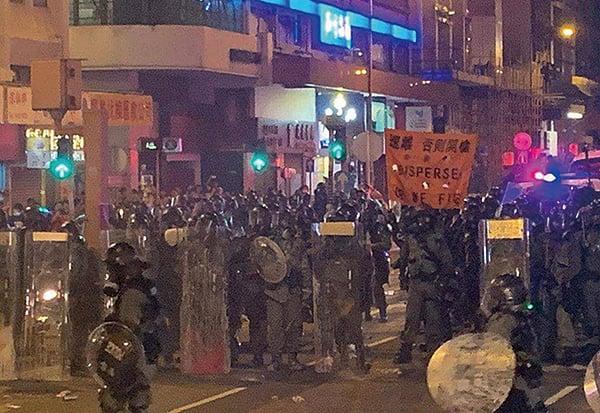 昨日深夜11時10分左右,警方舉橙旗警告會開槍。隨後有電視台報道警方向示威者開槍。(民陣資訊頻道)