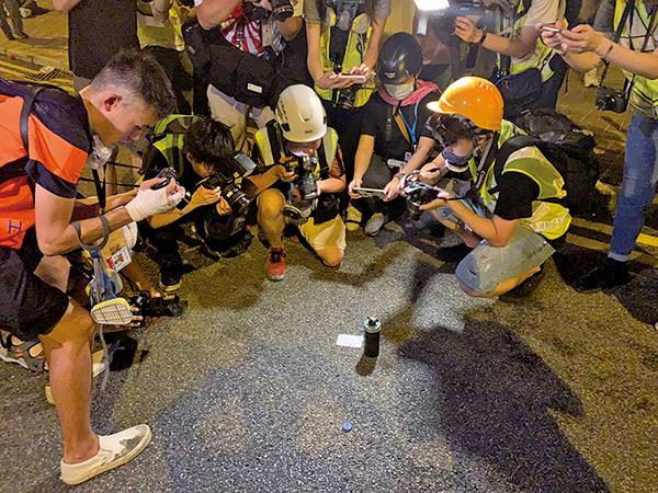 警民衝突現場留下未爆催淚彈。(李逸/大紀元)
