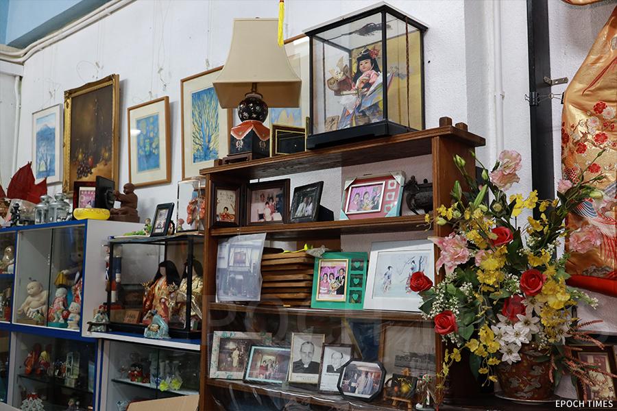 小店中陳列著各類工藝品,有不少是遊客送給吉野太太的紀念品。