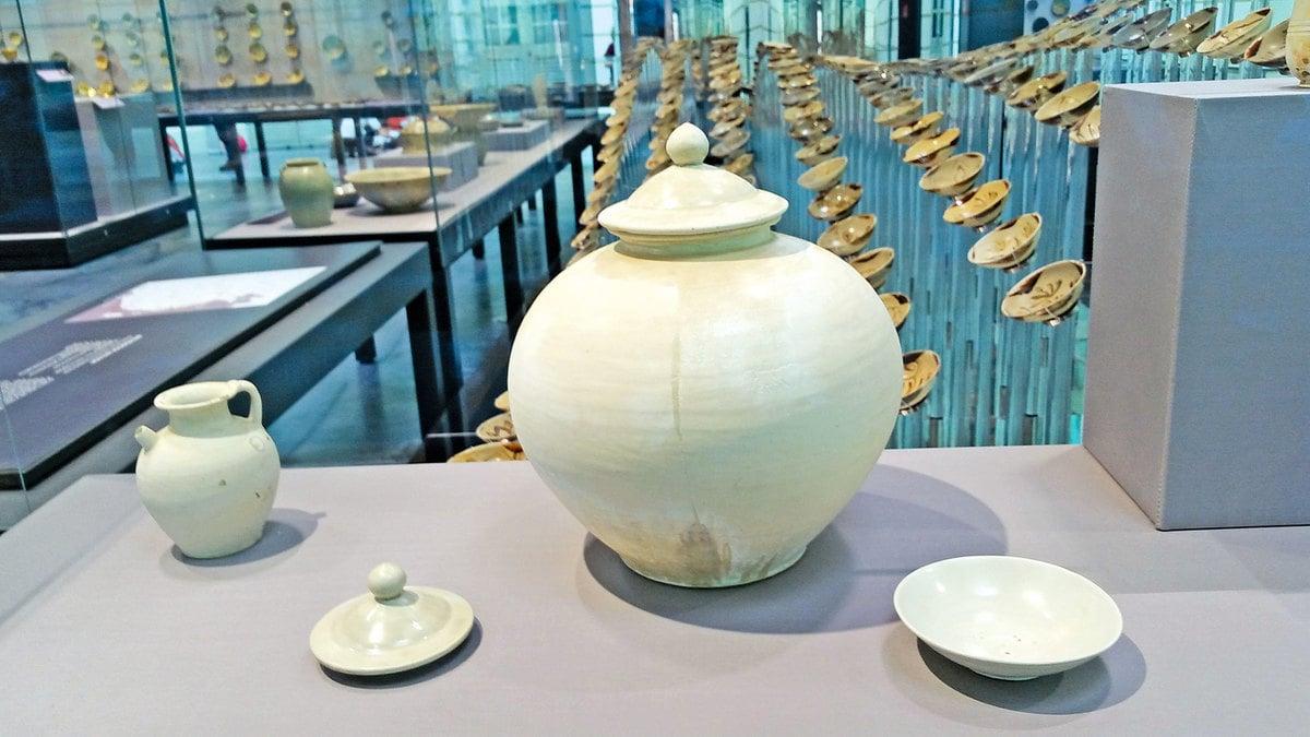【附圖1】唐代邢窯白瓷:執壺、蓋、白瓷蓋罐(中)、盤。(沈靜/大紀元)