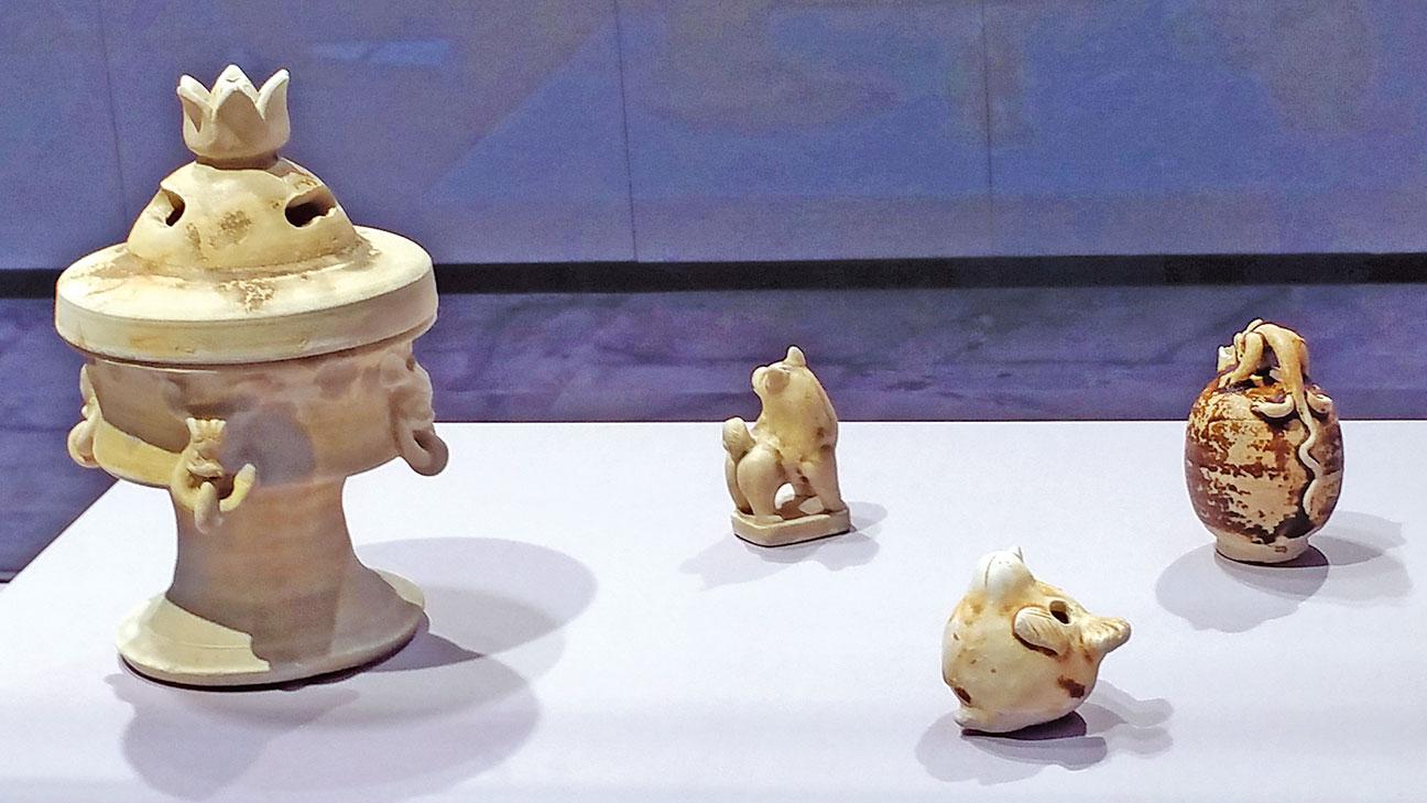 【附圖3】左一:香爐。左二:石狗鎮紙。右二前面:玉鳥口哨子。右一:龍柄蛋形瓷硯滴 。(沈靜/大紀元)