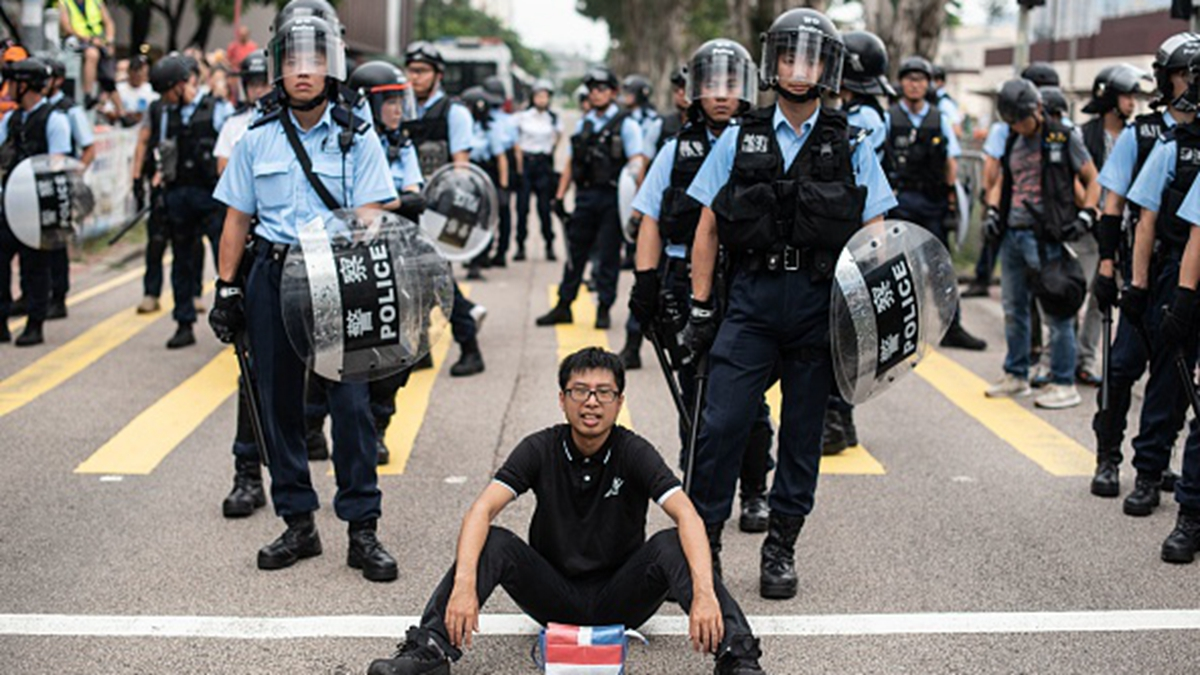 歐洲議會7月18日前通過一份決議,要求歐盟禁止向港警提供鎮暴裝備。(PHILIP FONG/AFP/Getty Images)