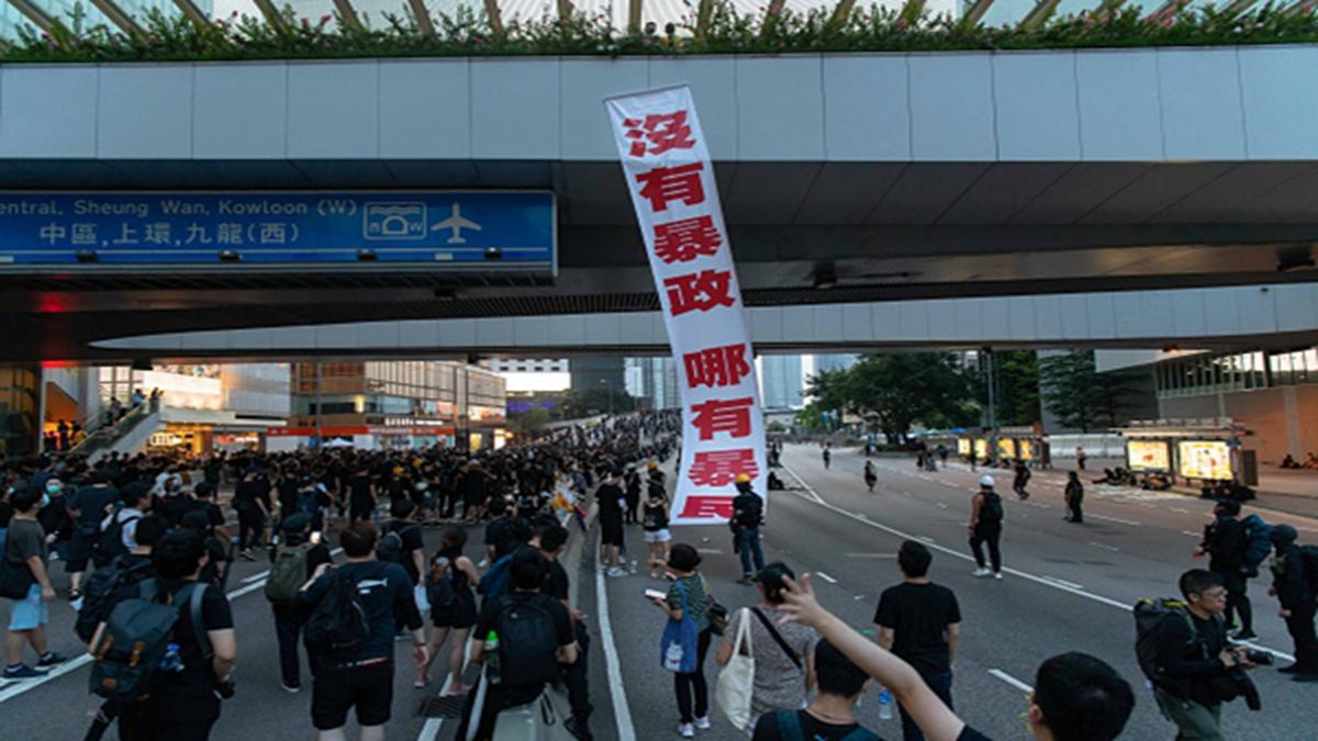 721反送中遊行過程中,街頭懸掛標語:沒有暴政,哪有暴民。 (Billy H.C. Kwok/Getty Images)