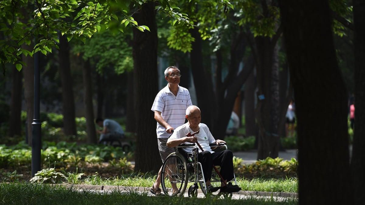 中共社科院曾發報告示警,中國養老金恐在2035年破產。最新消息稱,中共政府決定注資5217億人民幣紓困。(GREG BAKER/AFP/Getty Images)