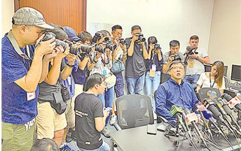 網上瘋傳與中聯辦關係密切的立法會議員何君堯,在元朗與白衣人握手、讚對方英雄的片段,引發外界質疑。他昨日開記招解畫。(李逸/大紀元)