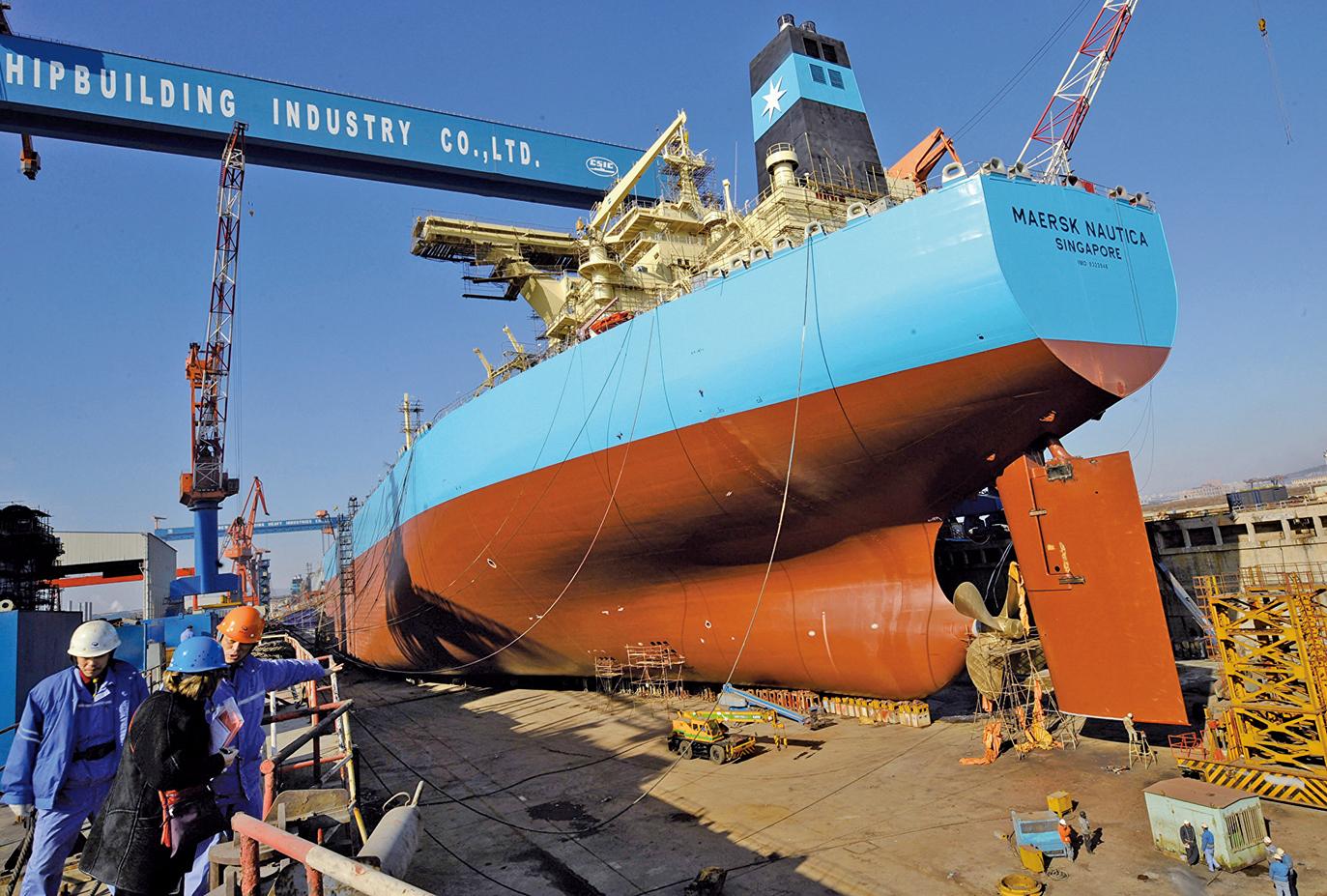 彭博社報道說,在美國對伊朗實施石油禁運制裁之後,仍有大量石油被運往中國,儲存在多個港口內。圖為2008年2月15日,大連港口的一艘油輪。(AFP)