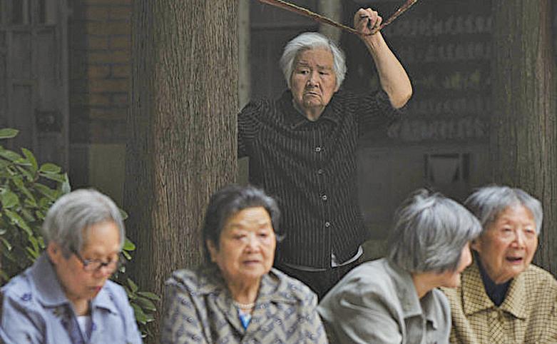 中共社科院報告顯示,按目前速度,大陸養老金至2035年耗盡結餘。圖為南京的老人。(大紀元)