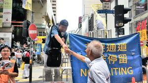【七一遊行】泛民議員派海報道具 「踢走中共走狗」