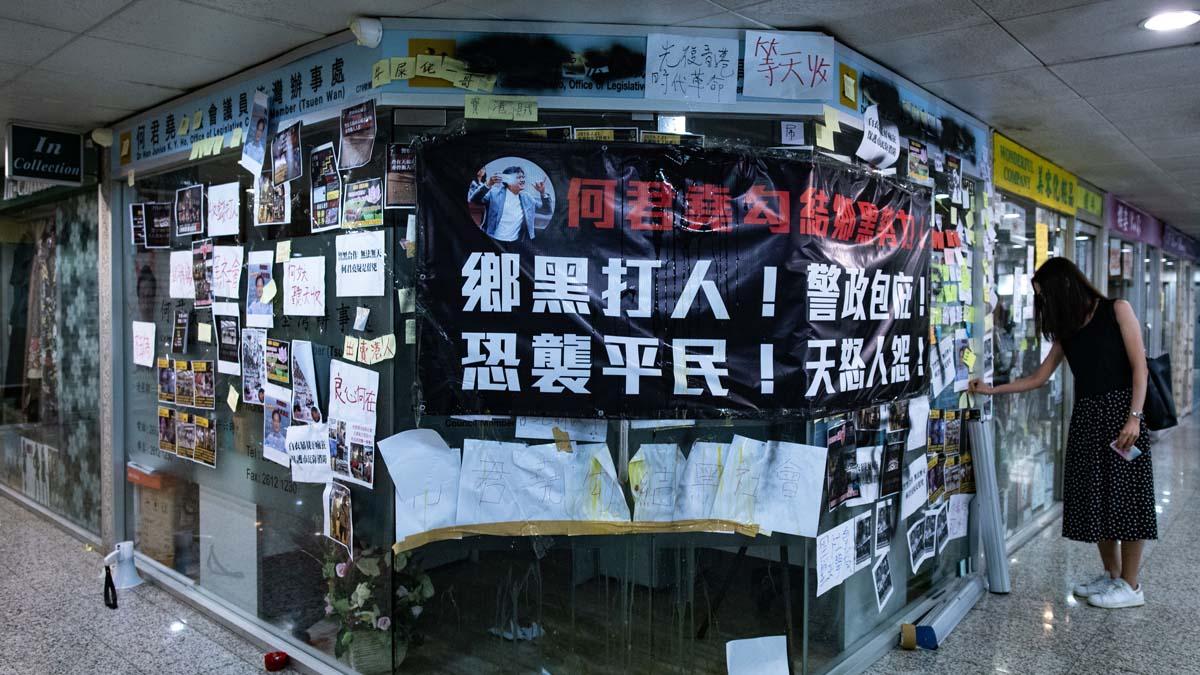 白衣人血洗元朗,激起香港民憤。圖為被懷疑幕後指使的議員何君堯的辦公室外,被貼上抗議標語。(PHILIP FONG/AFP/Getty Images)