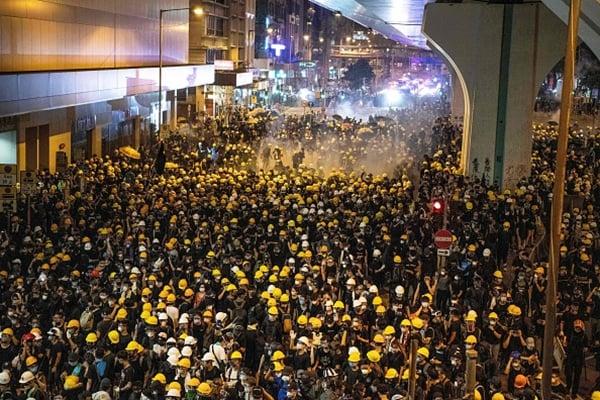 7月21日, 43萬人在港島區舉行大遊行後,港府再度向示威者開槍清場。(LAUREL CHOR/AFP/Getty Images)