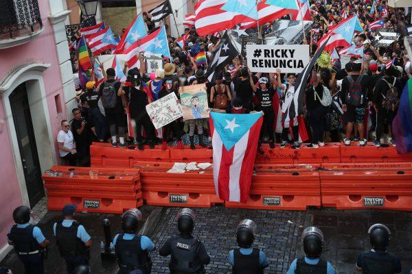 波多黎各22日晚間約11時,警方與示威群眾在街頭對峙。(Joe Raedle/Getty Images)