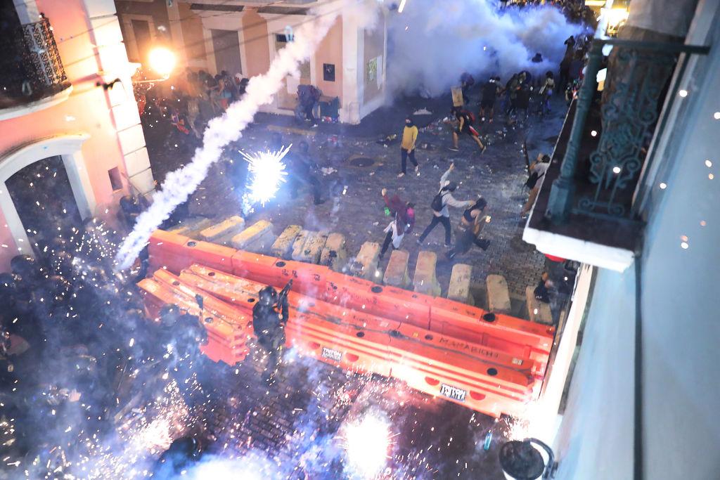 波多黎各22日晚間約11時,警方動用催淚煤氣,強制驅離示威者。(Joe Raedle/Getty Images)