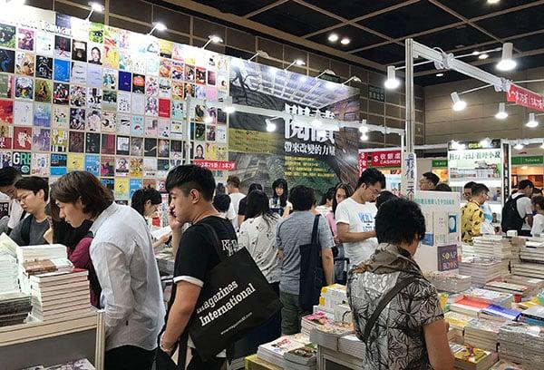 一連七天書展昨日閉幕,書商最後衝刺,市民也特地前來買書。(王文君/大紀元)