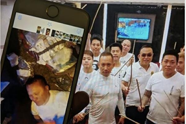 香港社交媒體瘋傳元朗勢力人士「飛天南」在率領白衣黑幫暴打眾人時心臟病突發倒地險些喪命。(網絡圖片)