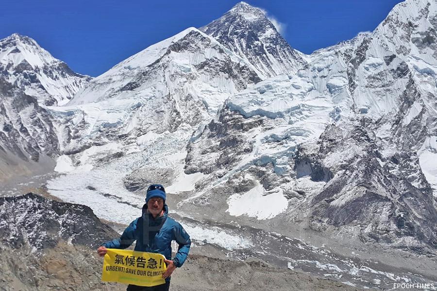 今年五月,黃偉建登上全球第四高的洛子山峰,關注氣候變化的他將「氣候告急」的橫額帶上山。(受訪者提供)