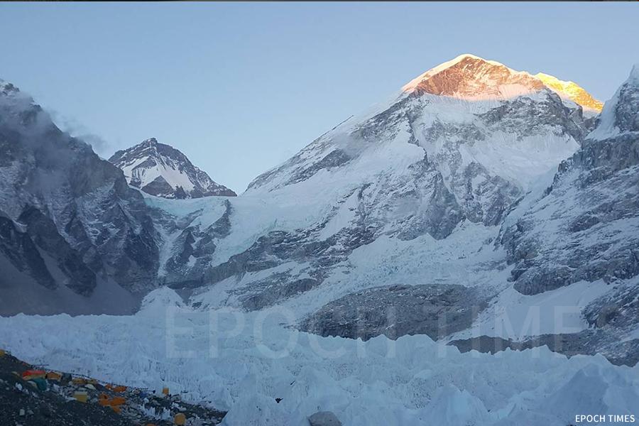 珠峰大本營的絨布冰川,後方為珠穆朗瑪峰。(受訪者提供)