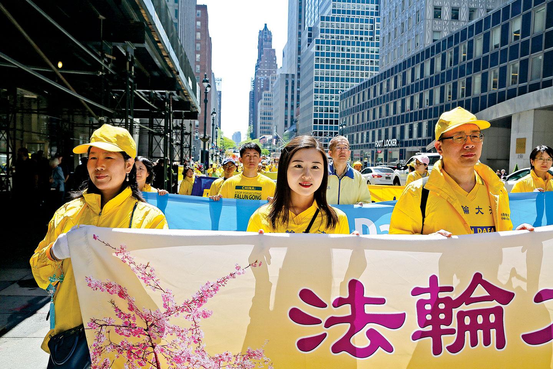 2019年5月13日,李振軍(左三)一家與上萬法輪功學員一起在紐約曼哈頓遊行,慶祝法輪大法洪傳 27周年。( 施萍/大紀元)