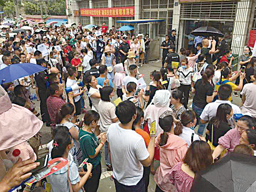 6月28日,在湖北武漢市新洲區陽邏街,上萬人進行遊行示威,抗議當地政府建垃圾焚燒發電廠。(受訪者提供)