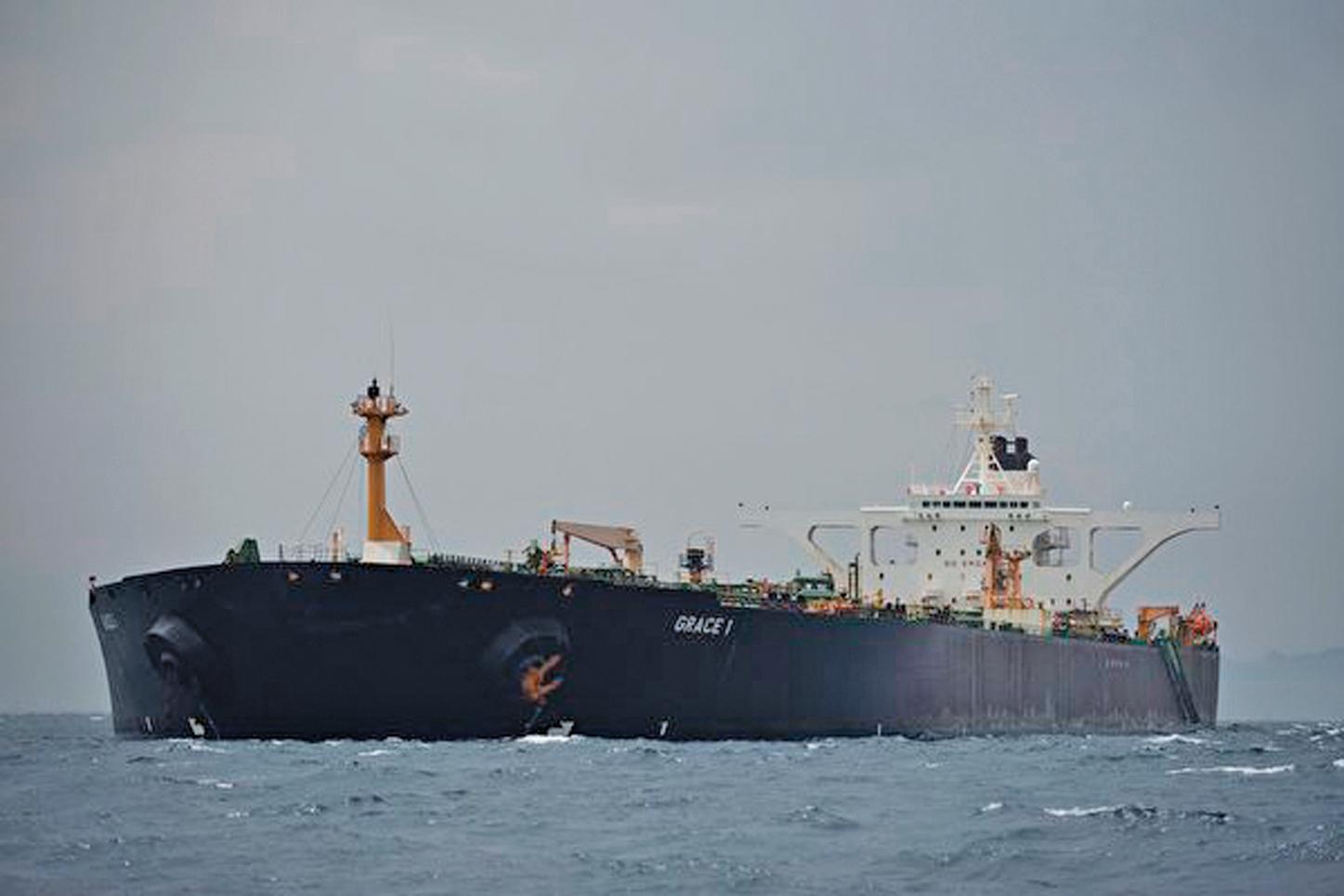 中國珠海振戎公司因持續向伊朗購買石油,美國在7月22日宣佈對其實施制裁。圖為2019年7月6日,停靠在英國海外領土直布羅陀外海的一艘油輪。(JORGE GUERRERO/AFP/Getty Images)