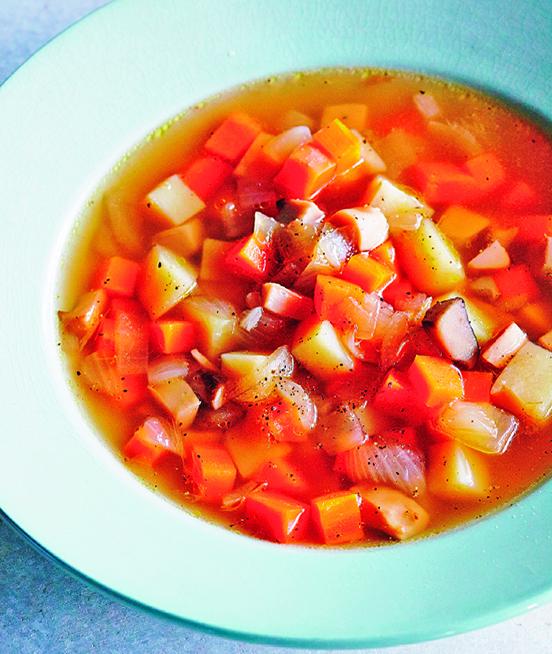 用鹽就能引出蔬菜的原味,作者示範的「咕嘟咕嘟鹽味湯」。