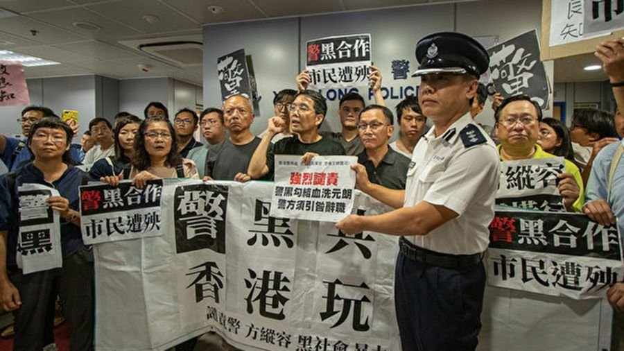 一批民主派區議員及市民22日到元朗警署抗議,不滿警方21日晚執法不力。(蔡雯文/大紀元)