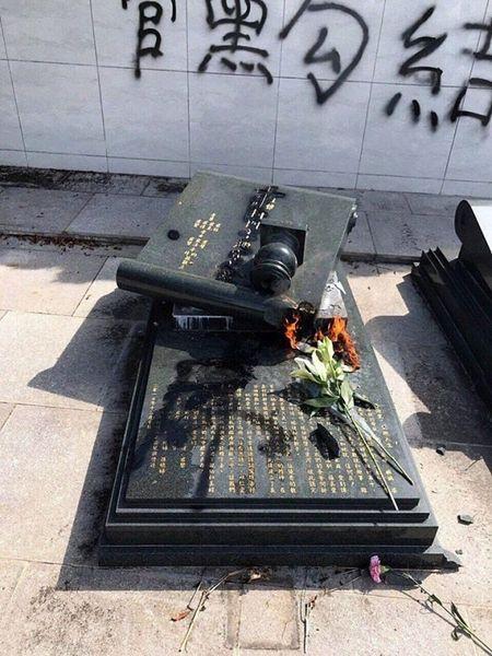 圖片顯示,其中一座墓碑上刻有何君堯母親的名諱。(網絡圖片)