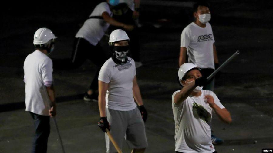 香港元朗地鐵站7月21日晚間,發生身穿白衣的幫派份子,大規模暴力攻擊剛參加完反送中大遊行正欲返家的普通市民事件,令世界震驚。(圖片來源:VOA)