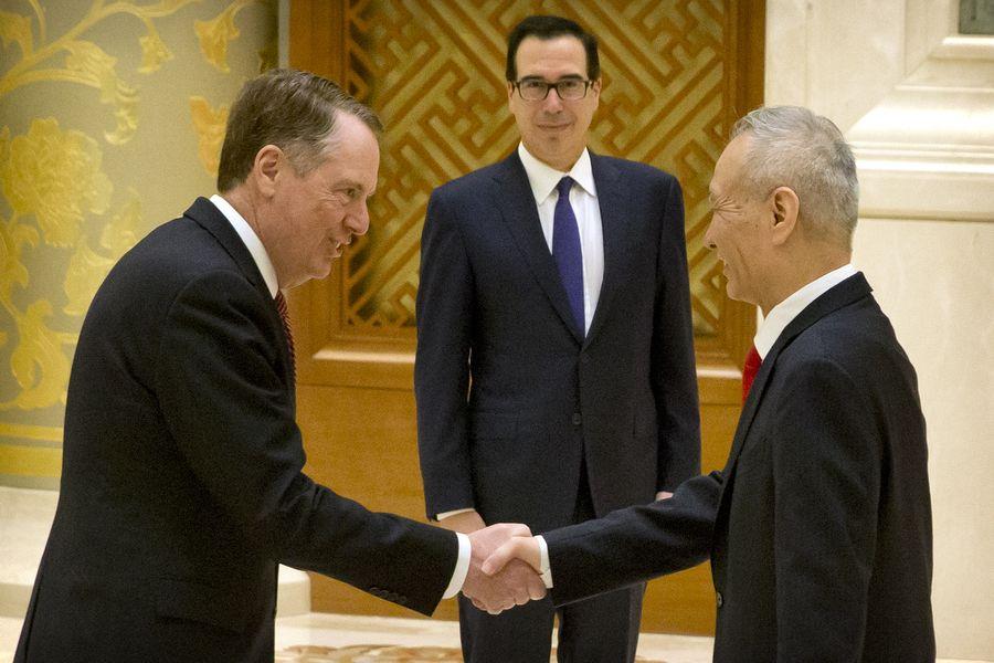 多方消息來源顯示,萊特希澤將率團前往中國進行面對面談判。圖為2月14日,萊特希澤、姆欽和劉鶴在北京會談前合照。(MARK SCHIEFELBEIN/AFP/Getty Images)