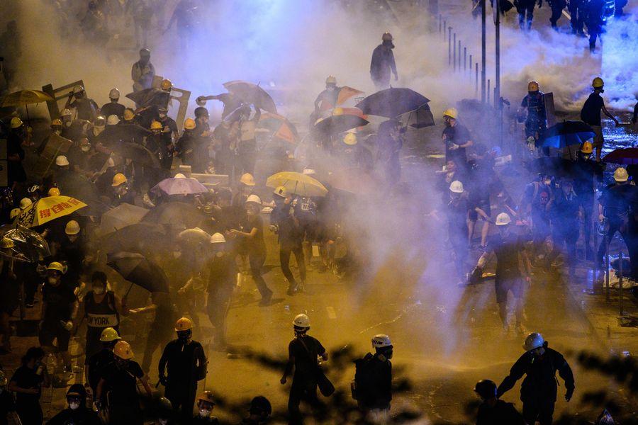 圖為7月1日香港警方午夜開始清場,施放多枚催淚彈驅散示威者。(Anthony WALLACE/AFP)