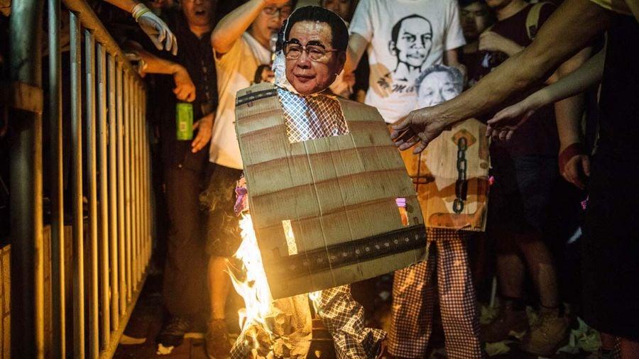 圖為2016年香港市民在紀念六四時焚燒李鵬肖像。(ANTHONY WALLACE/AFP/Getty Images)