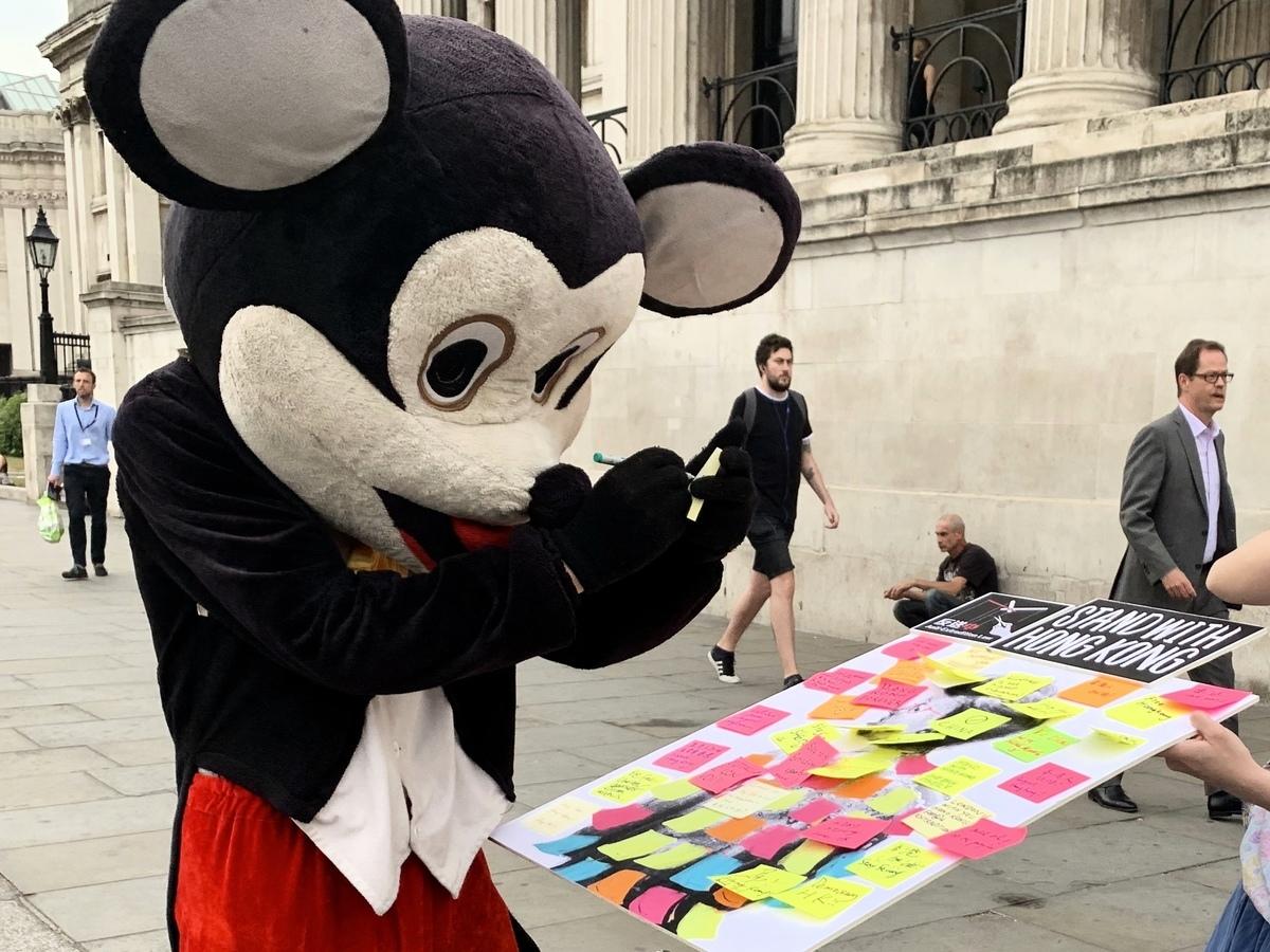 倫敦的流動連儂牆於特拉法加廣場(Trafalgar Square)的情況。(唐詩韻/大紀元)