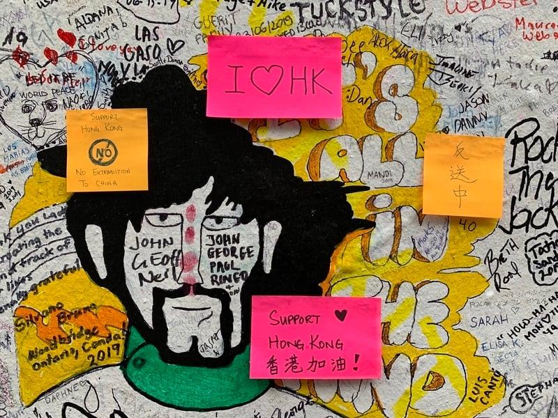艾比路(Abbey Road)牆上的便利貼。(唐詩韻/大紀元)
