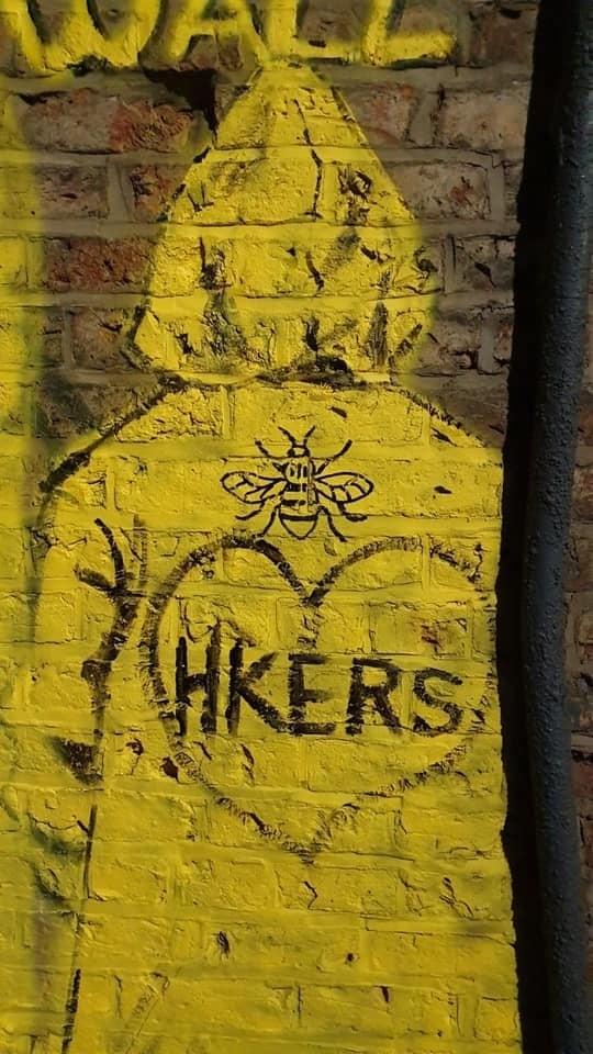 曼城小巷的牆壁上的黃雨衣義士。(D4HK提供)