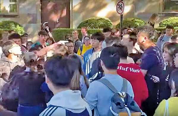 澳洲昆士蘭大學中港學生,因「反送中」運動爆發衝突。(影片截圖)