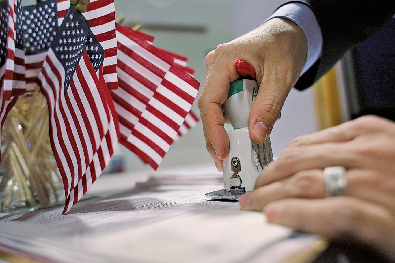 美國移民局(USCIS)正式公佈對EB-5投資移民一系列重大修改,其中一項是將最低投資額從100萬美元提升至180萬美元。(Getty Images)