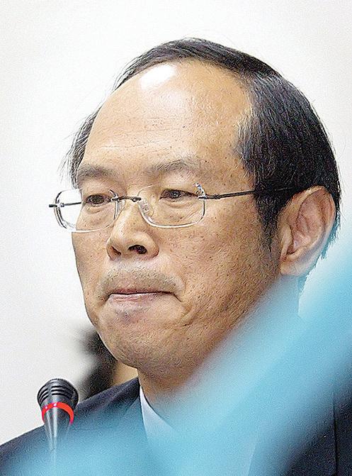 台灣前陸軍少將羅賢哲因間諜、收賄等罪,被判處無期徒刑,褫奪公權終身。羅是已查獲的涉共諜案4位「將級」軍官之一。圖攝於2008年4月24日台北議會的公聽會(Frank WANG/AFP/Getty Images)。