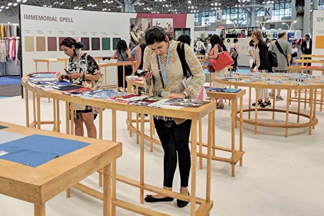 為參與「Texworld紡織展」的民眾挑選布料樣品。(黃小堂/大紀元)
