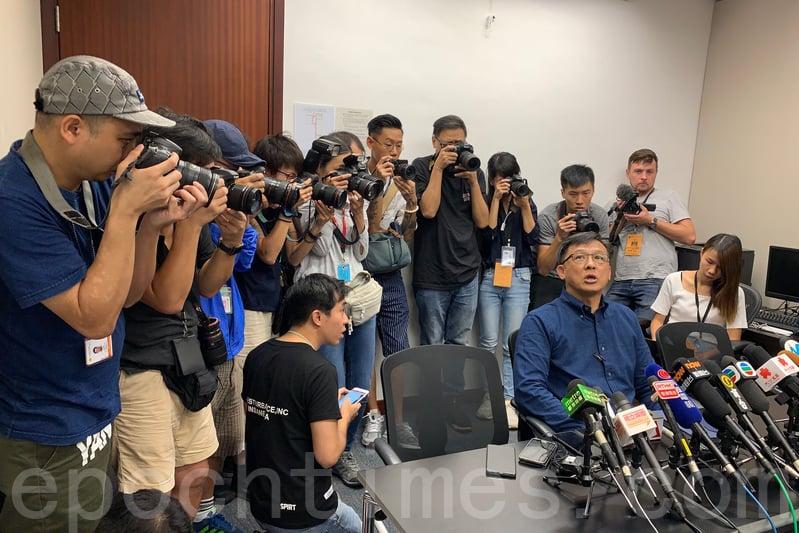 親共香港立法委員何君堯因吹捧元朗黑幫為英雄,並握手點讚成為眾矢之的。圖為7月22日何君堯召開記者會解釋。(李逸/大紀元)