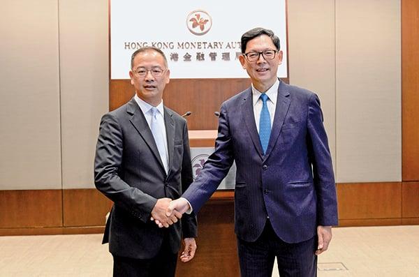 金管局副總裁余偉文(左)將於10月接替退休的陳德霖(右)成為金管局總裁。(宋碧龍/大紀元)