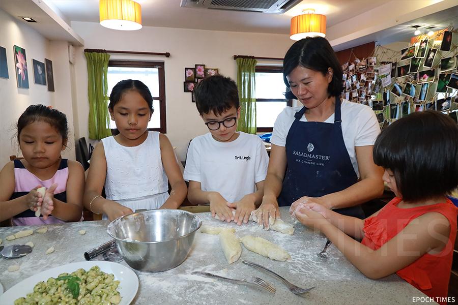 Sharon相信,烹飪能夠促進親子關係之餘,還能培養健康飲食習慣。(陳仲明/大紀元)