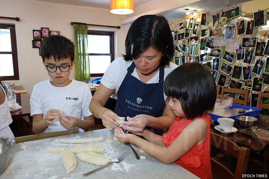 Vanessa(右一)自從嘗試跟母親一起做麵包之後,便愛上了烹飪。(陳仲明/大紀元)