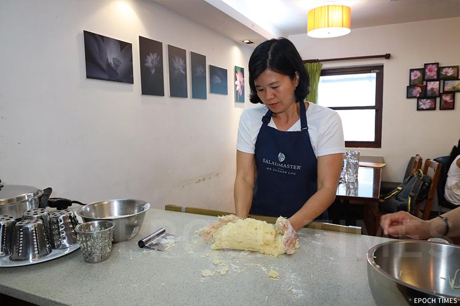 薯仔雲吞的製作過程。(陳仲明/大紀元)