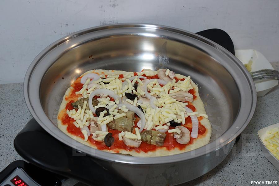 意大利手造薄餅的製作過程。(陳仲明/大紀元)