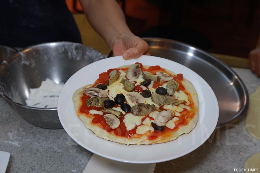 新鮮出爐的意大利手造薄餅。(陳仲明/大紀元)