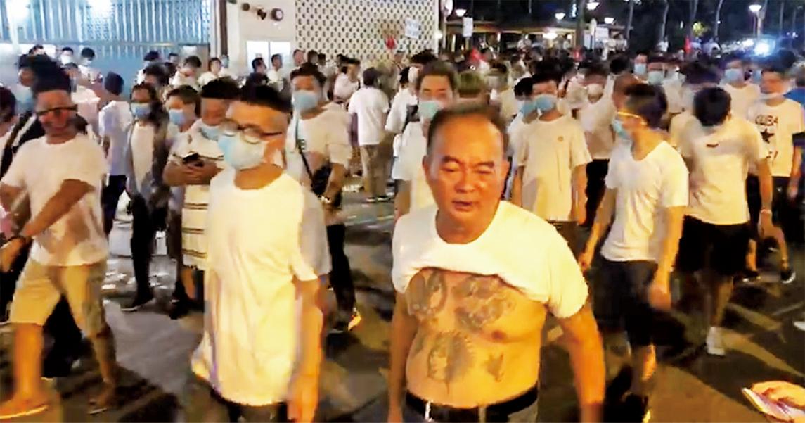 7月21日,43萬港人大遊行當晚,中共出動黑社會。有百多名戴口罩、手持武器的白衣人,攻擊穿黑色的市民,之後更闖入元朗西鐵站,在大堂、月台和車廂內隨意追打市民、記者和民主派議員。(視頻截圖)