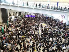 航空界2,500人機場集會 抗議港府處理修例風波不當(影片)