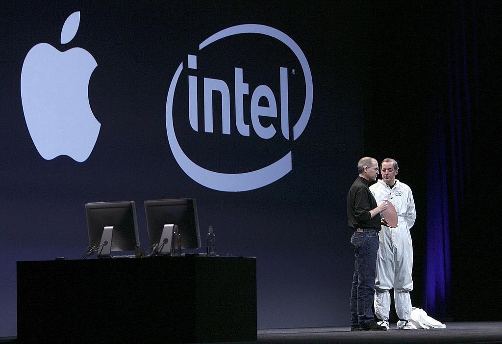 圖為2006年1月10日在Macworld大會上,英特爾首席執行官Paul Otellini(右)和時任蘋果首席執行官史蒂夫喬布斯發表主題演講。(Justin Sullivan/Getty Images)