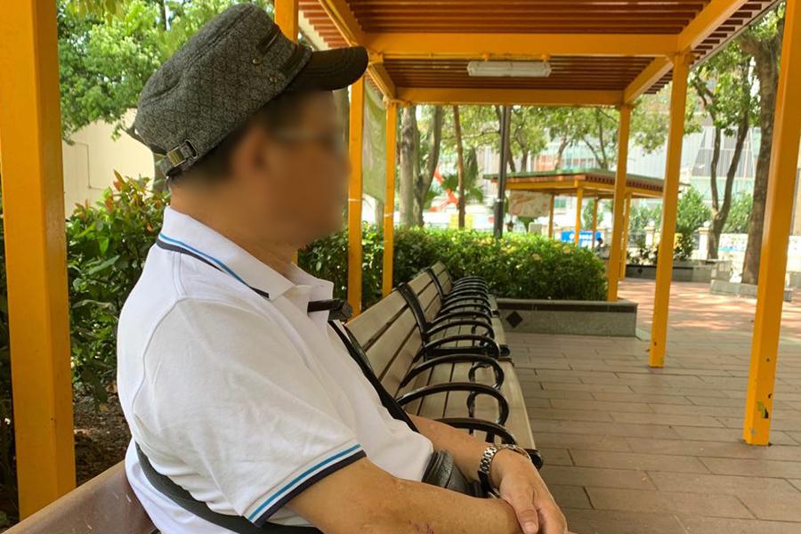 元朗當地的楊先生(諧音)向大紀元描述,7月21日當晚9點半,他參加完反送中遊行搭巴士回家,發現在好多穿白衣的暴徒拿著藤條在巴士站附近,他說,自己很擔心就來到邊上的小公園坐下觀察。(駱亞/大紀元)