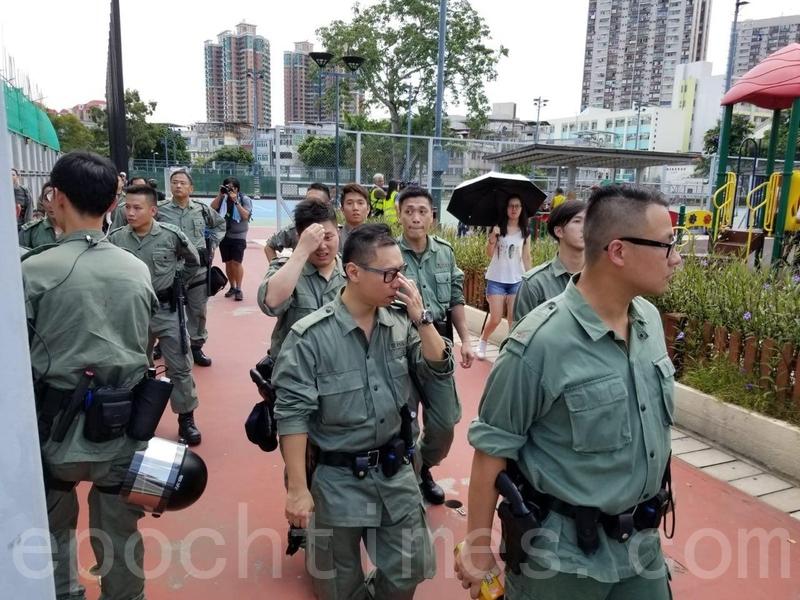 警方派員在遊樂場內及附近巡邏,部份警員現有頭盔等裝備。(宋碧龍/大紀元)