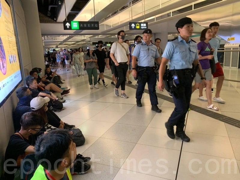 在西鐵元朗站亦有市民聚集,同樣有警員巡邏。(李逸/大紀元)